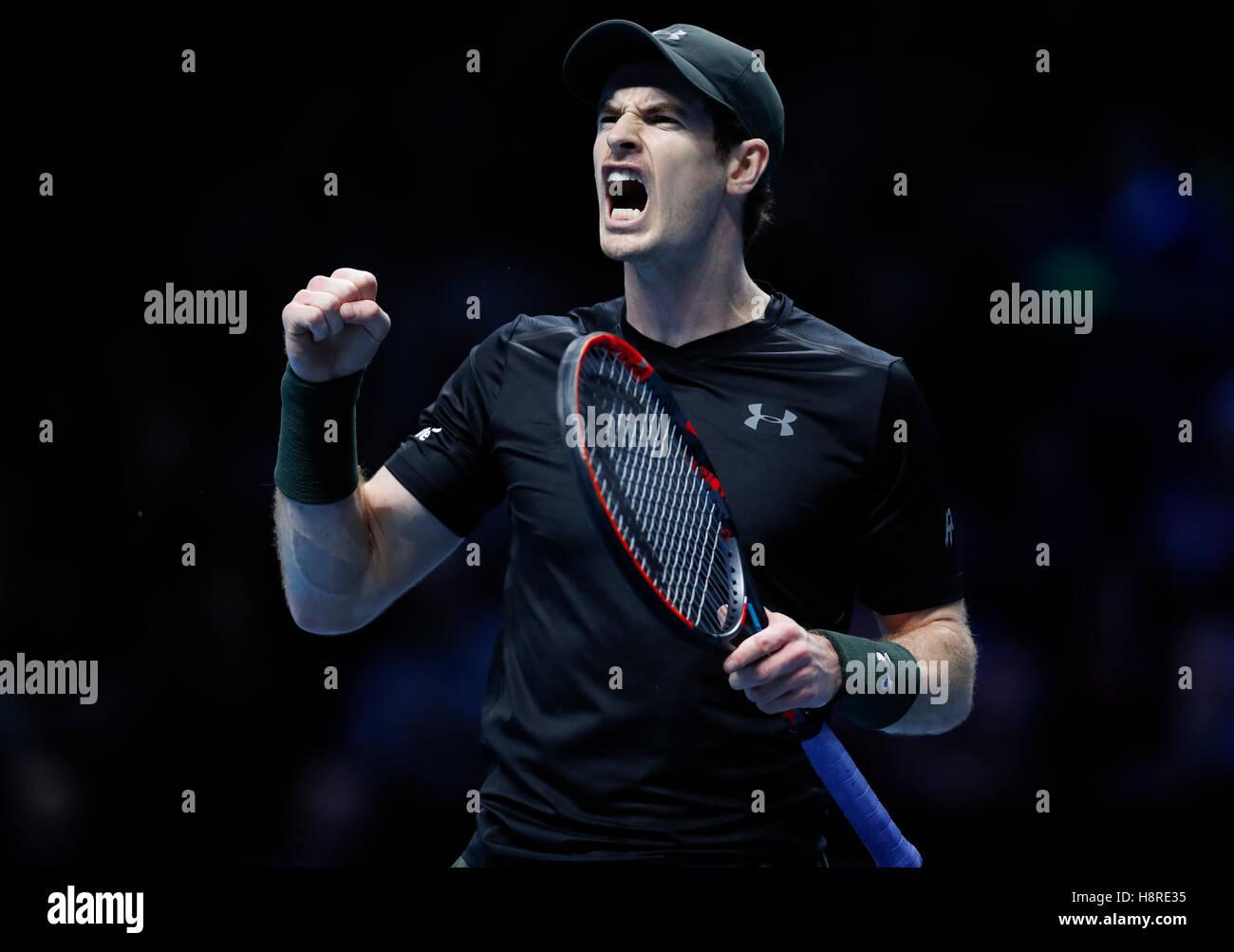Londres, Grande-Bretagne. 16 Nov, 2016. Andy Murray de la Grande-Bretagne réagit dans le groupe match avec Photo Stock