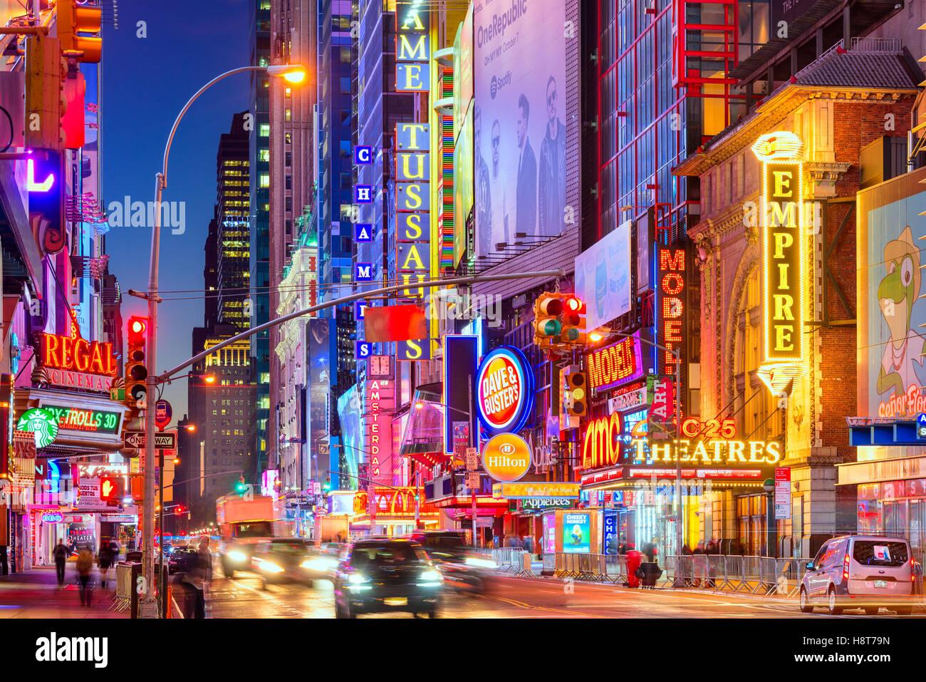 Le trafic se déplace ci-dessous les enseignes lumineuses de la 42e Rue à New York City. Photo Stock