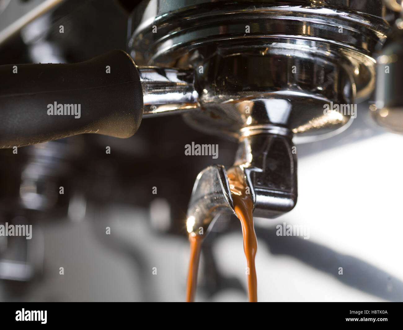 L'extraction de l'espresso avec une machine à café professionelle, Close up Photo Stock