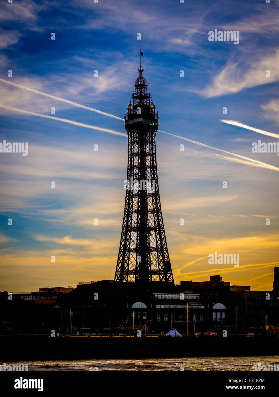 La tour de Blackpool en silhouette contre la lumière du soleil du matin, Blackpool, Lancashire, Royaume-Uni. Photo Stock