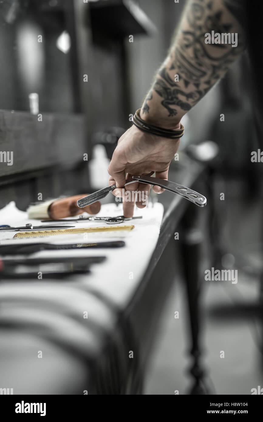 La main avec la lame droite Photo Stock