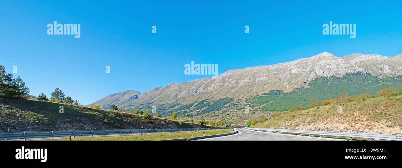 L'autoroute s'ouvre sur les pentes des montagnes du Gran Sasso, partie d'Apennin, situé dans les Photo Stock