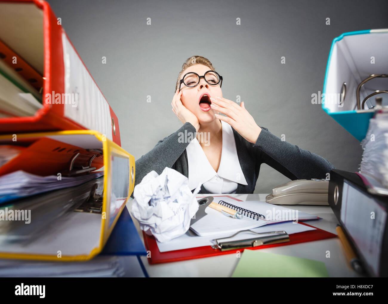 Société emploi paperasserie ennuyeux lent paresseux concept
