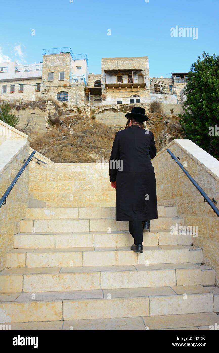 Homme religieux, grimpant sur des escaliers à Safed, Israël Photo Stock