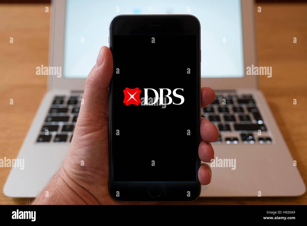 L'utilisation de l'iPhone téléphone intelligent pour afficher le logo du site web de DBS, une multinationale singapourienne groupe bancaire et financier Banque D'Images