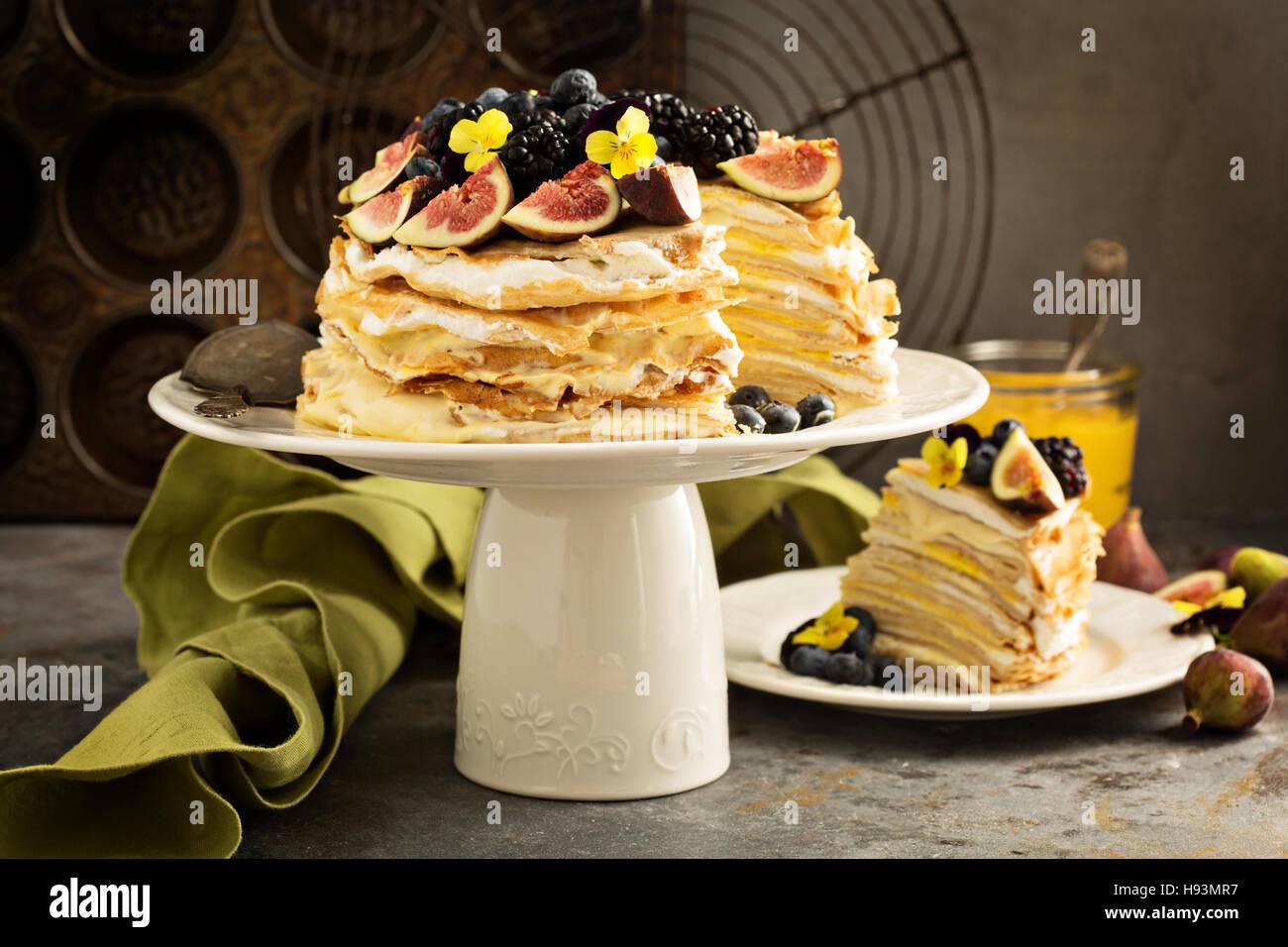 La mangue et le lait caillé de citron gâteau de crêpe Photo Stock