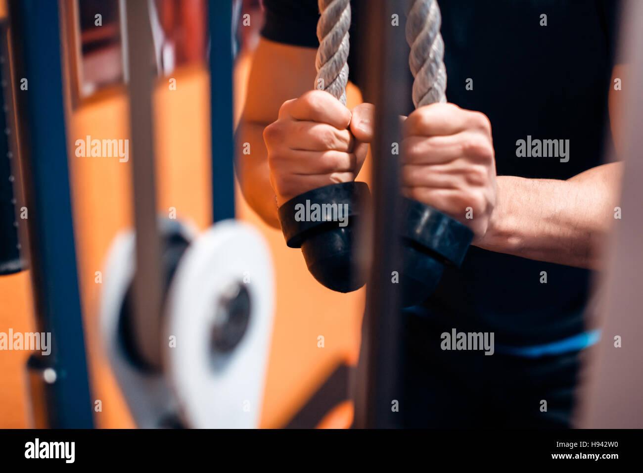 Exercice triceps avec câbles Photo Stock