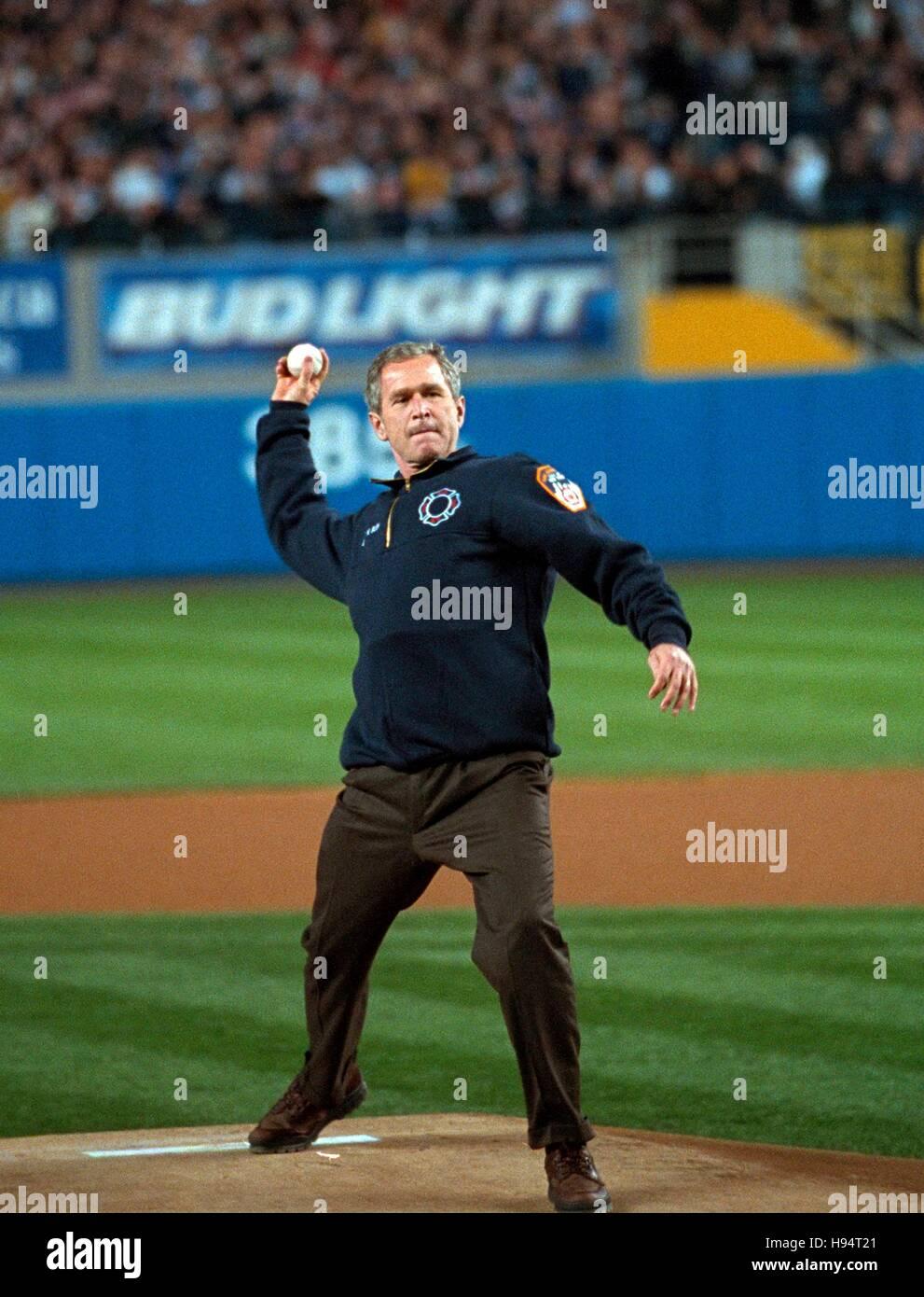 Le président américain George W. Bush lance la première balle de cérémonie avant trois jeu de la Série mondiale entre les Diamondbacks de l'Arizona et les Yankees de New York au Yankee Stadium le 30 octobre 2001 à New York City, New York. Banque D'Images