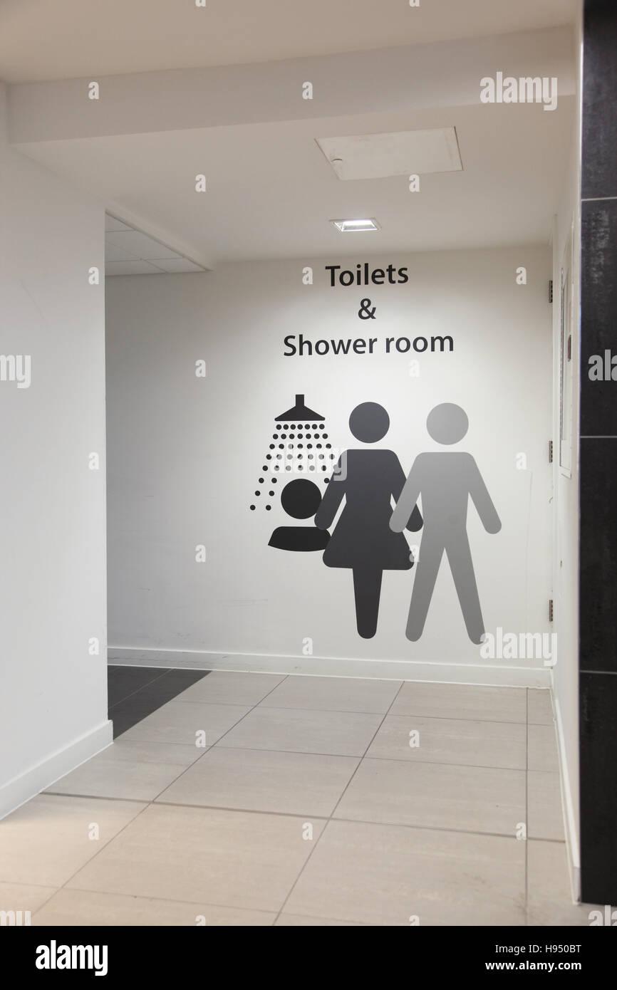 Graphique géant à l'extérieur et mens womens toilettes et douches pour le personnel de l'aéroport Photo Stock
