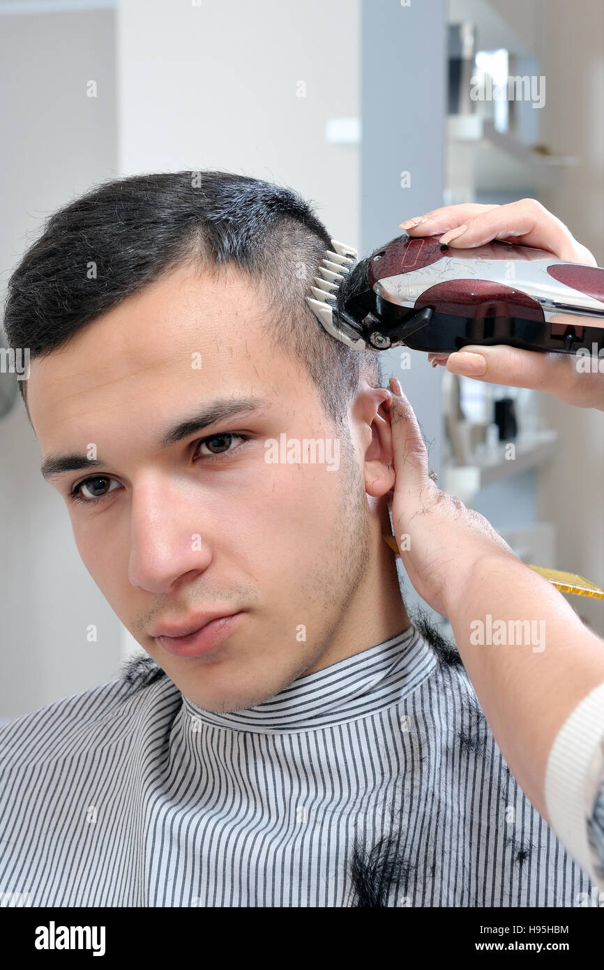 Salon De Coiffure Qui Effectue La Coupe De Cheveux D Un Jeune Garcon
