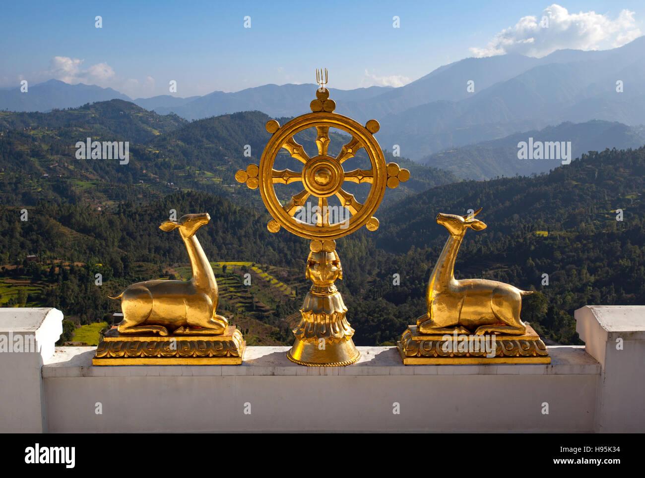 La Roue du Dharma (Dharmacakra) de la Thrangu Tashi Yangtse en monastère bouddhiste Bouddha Namo. Le Népal. Photo Stock