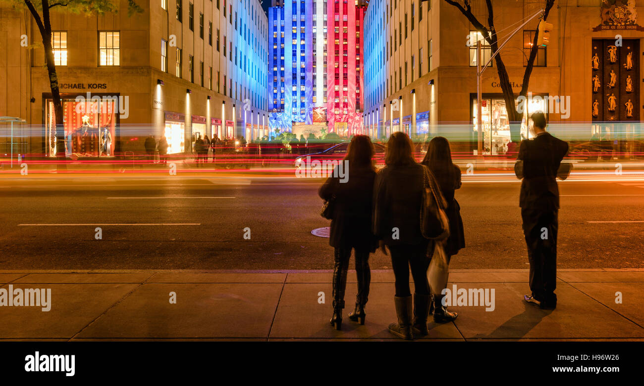 Le Centre Rockefeller au crépuscule illuminée en rouge,blanc et bleu à partir de la 5e Avenue. Manhattan, New York City Banque D'Images