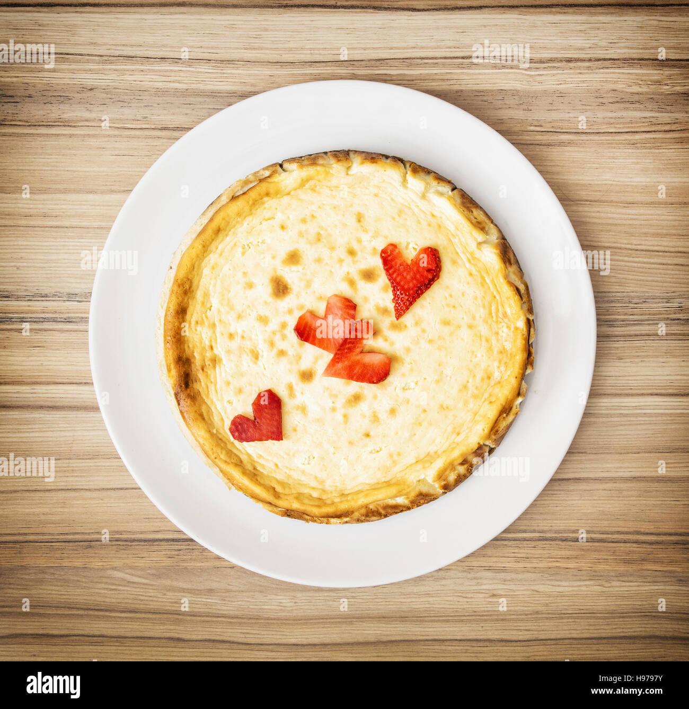 Gâteau au fromage délicat avec coeurs de fraise. Un aliment sucré. Les couleurs sont éclatantes. Photo Stock