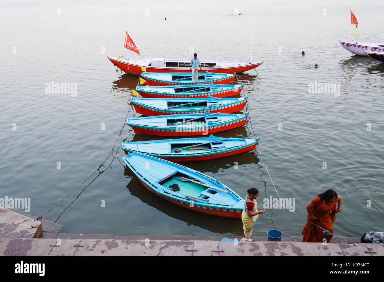 Bateaux amarrés bleu sur Ganges river à Varanasi, Uttar Pradesh, Inde, Asie Photo Stock