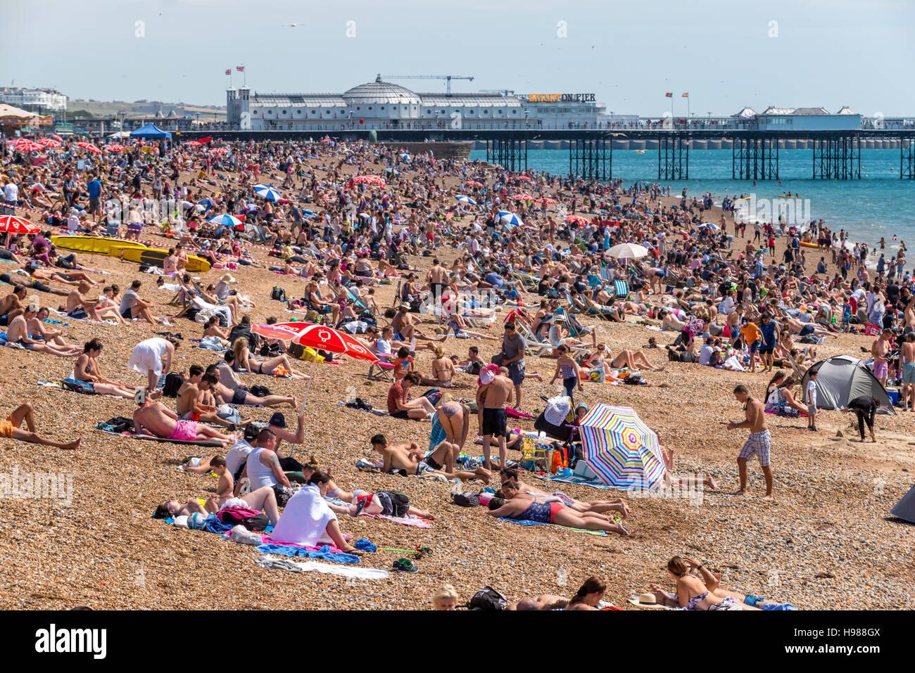 La plage de Brighton sur un après-midi de printemps ensoleillé Photo Stock
