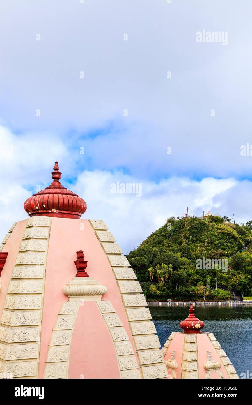 Dômes de temples à 'Ganga Talao', Grand Bassin, l'île Maurice. Banque D'Images