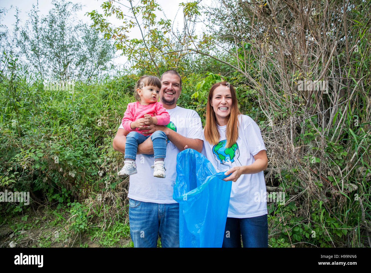 Les bénévoles de faire le nettoyage des ordures dans la région de park Banque D'Images