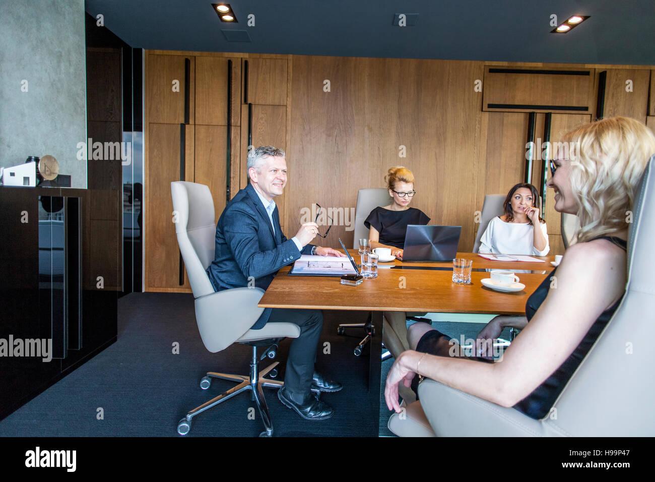 Une réunion d'affaires dans la salle de conférence Photo Stock