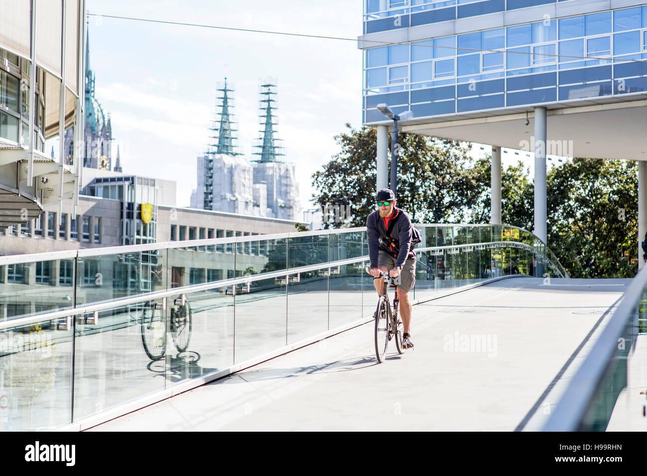 Bike messenger de la conduite sur la passerelle Banque D'Images