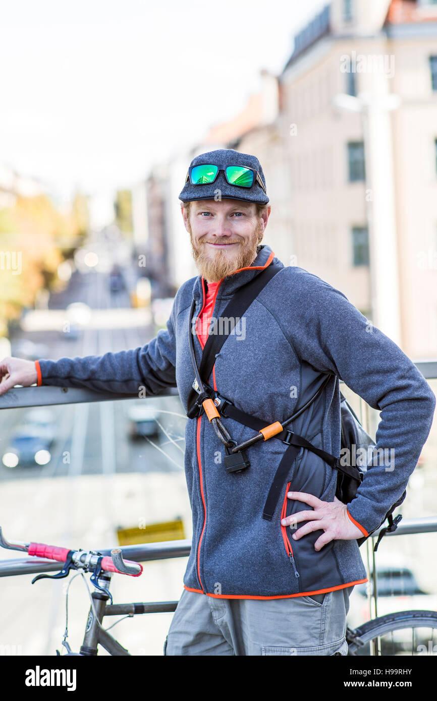 Bike messenger prendre une pause Banque D'Images