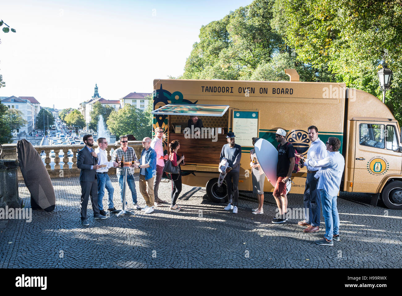 Groupe de clients attendant à camion alimentaire Banque D'Images