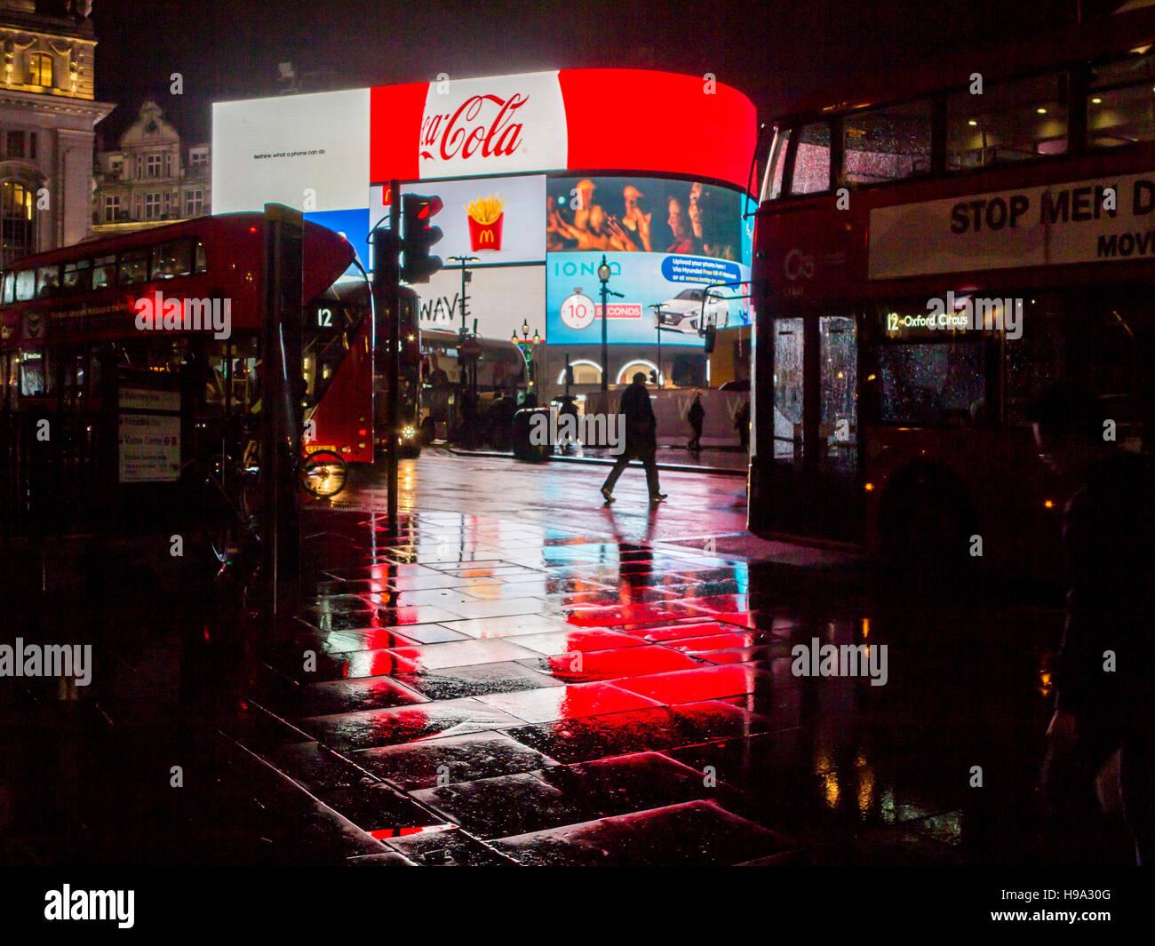 La pluie reflète Piccadilly Circus lumières dans le centre de Londres Photo Stock