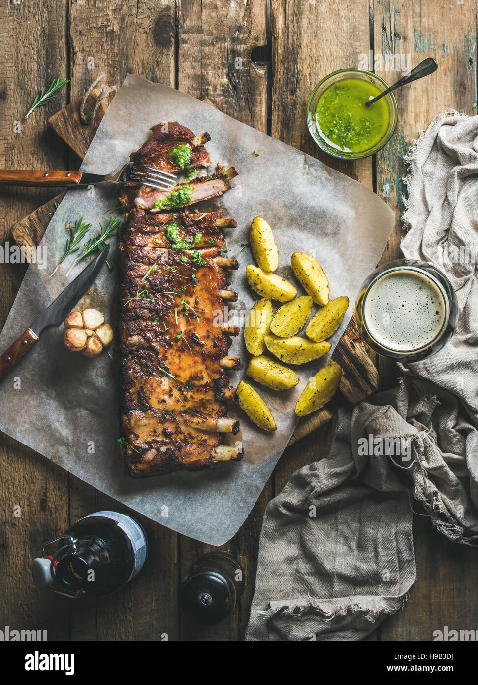 Côtes de porc rôti aux épices, poêlée de pommes de terre et de bière brune Photo Stock