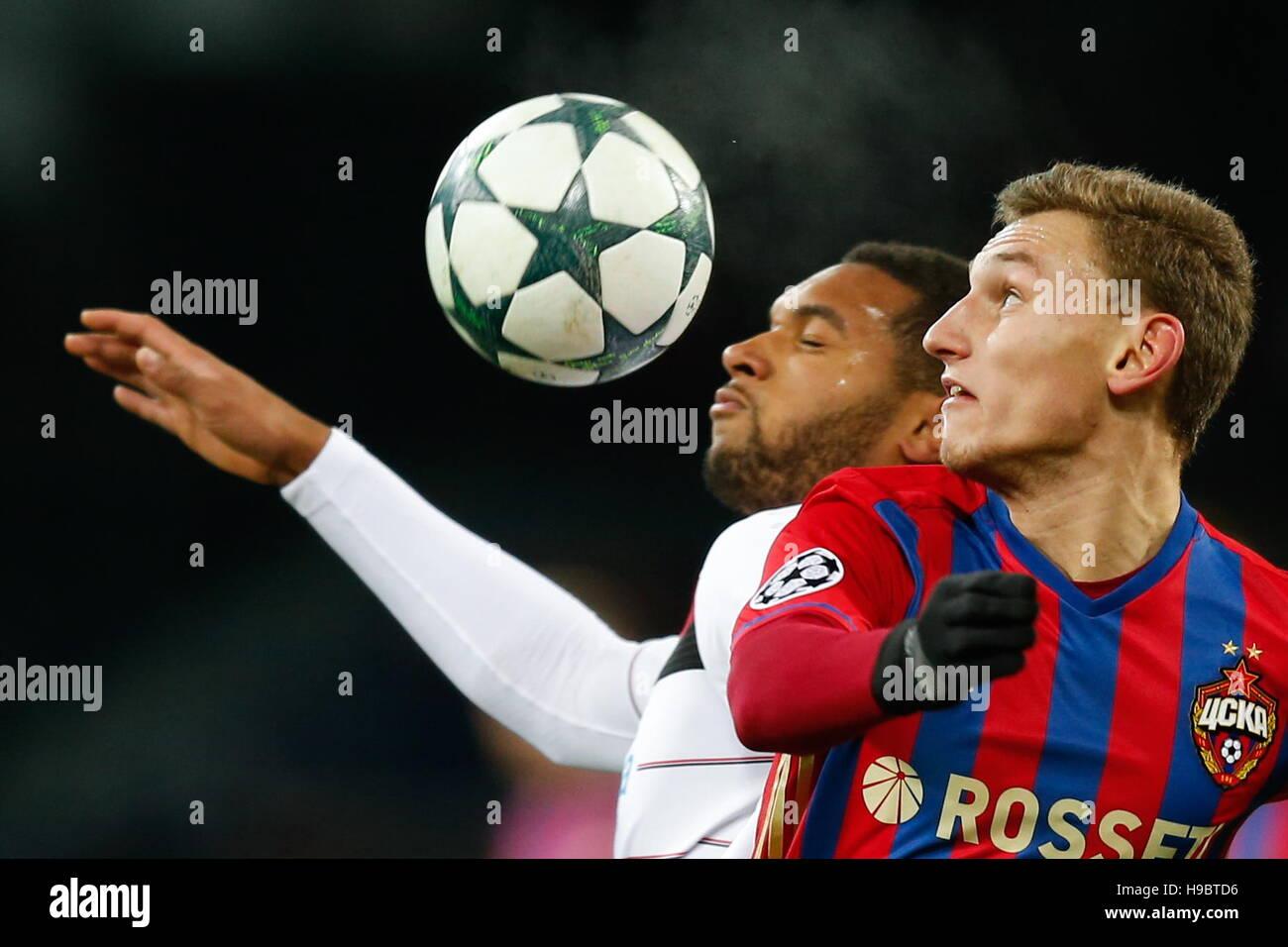 Moscou, Russie. 22 Nov, 2016. Bayer 04 Leverkusen's Jonathan Tah (L) et le CSKA Moscou's Fedor Chalov en Photo Stock