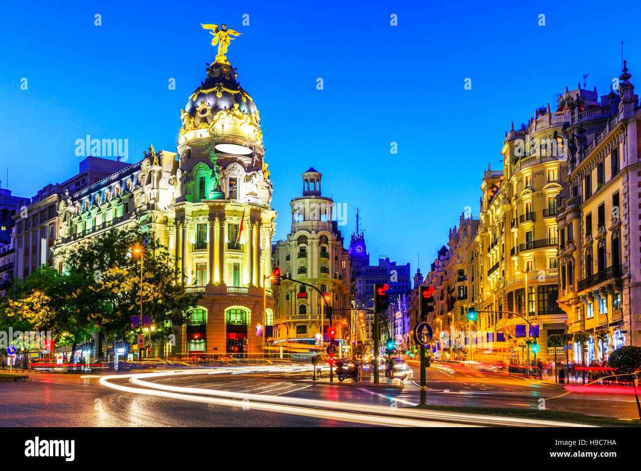 Madrid, Espagne. Gran Via, principale rue commerçante au crépuscule. Photo Stock