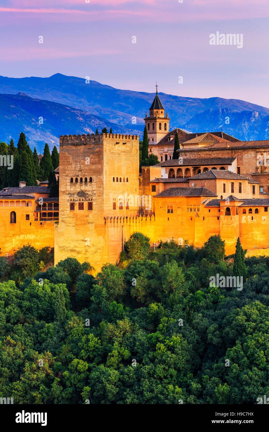 Alhambra de Grenade, Espagne. Forteresse de l'Alhambra au crépuscule. Photo Stock