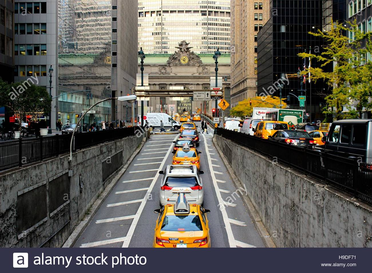 Des taxis à l'extérieur de la gare Grand Central à New York Photo Stock