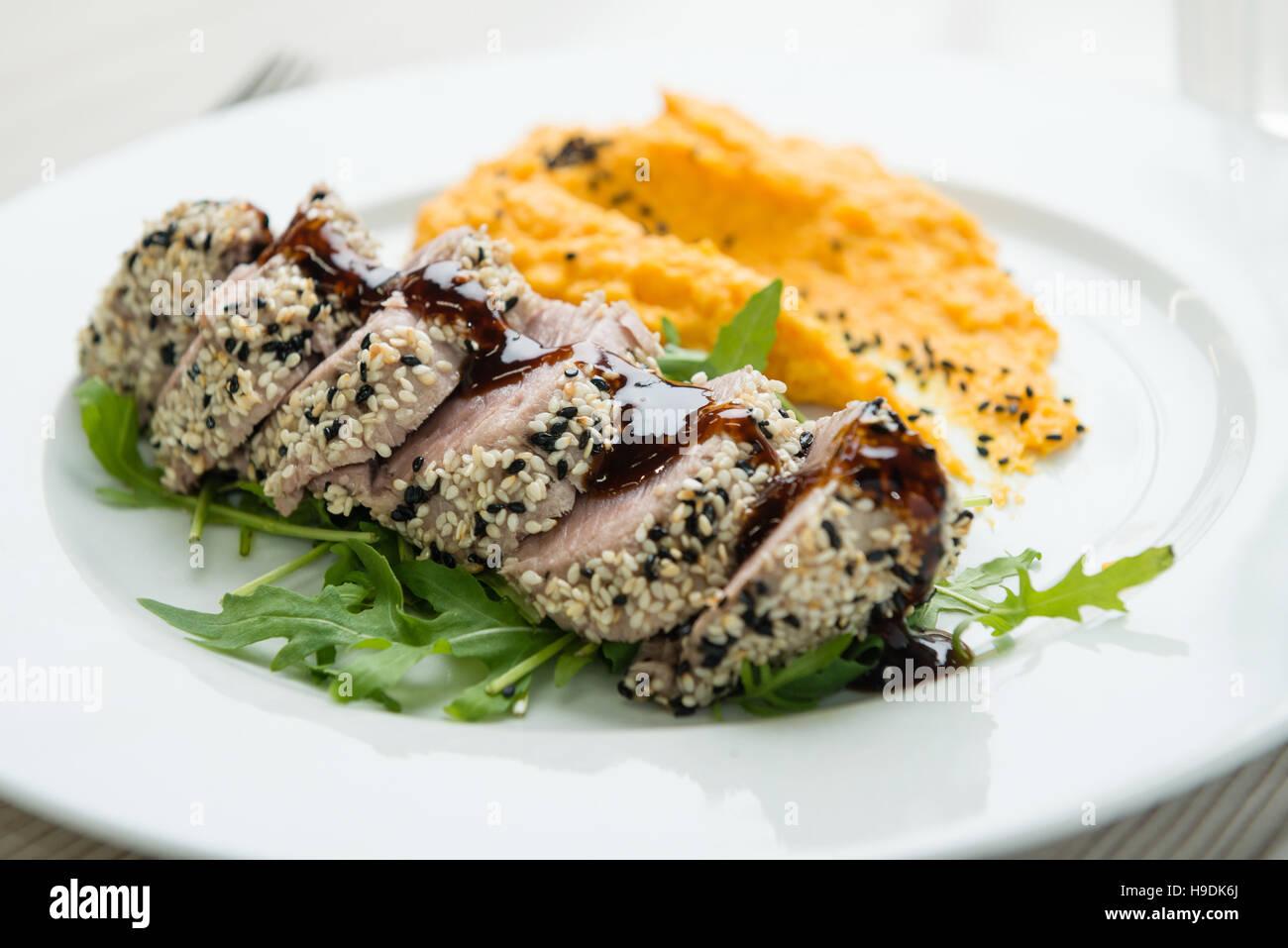 Steak de thon aux graines de sésame et purée de patate douce Photo Stock