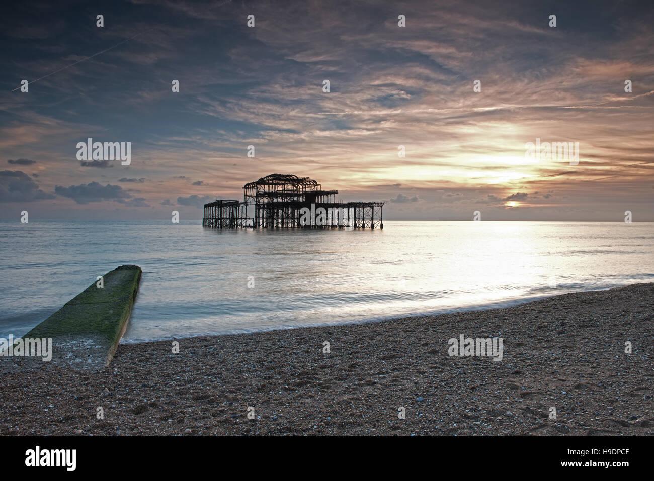 Vestiges de la jetée Ouest au coucher du soleil, Brighton, East Sussex, Angleterre, RU, FR Photo Stock