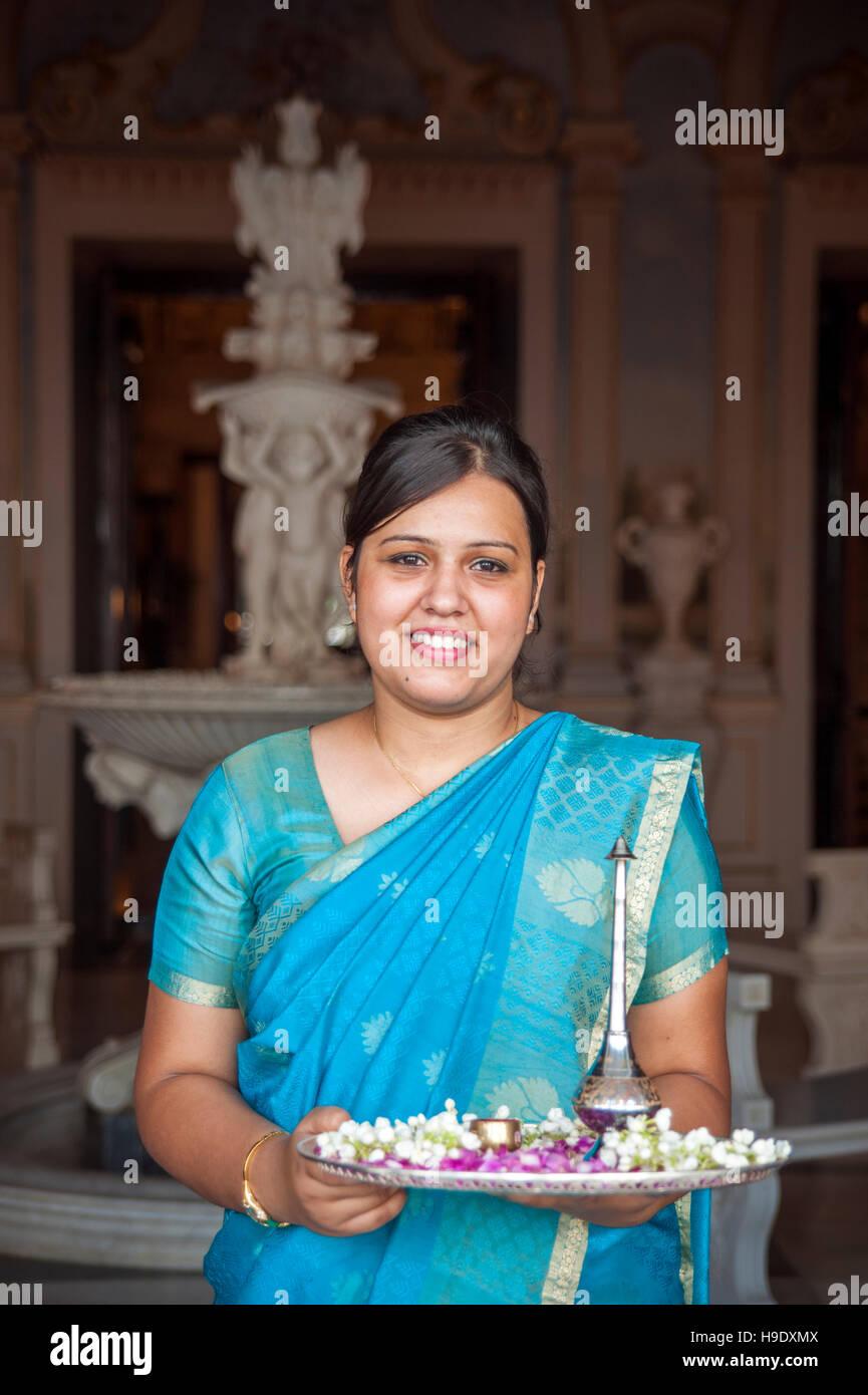 Un membre du personnel du falaknuma palace à Hyderabad, Inde. Banque D'Images