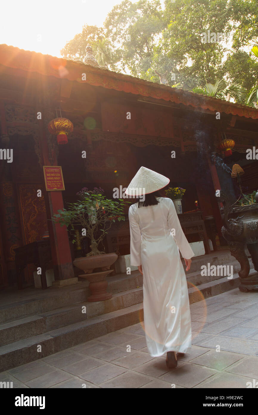 Femme en robe à ao Dai Temple Quan Thanh, Hanoi, Vietnam Photo Stock
