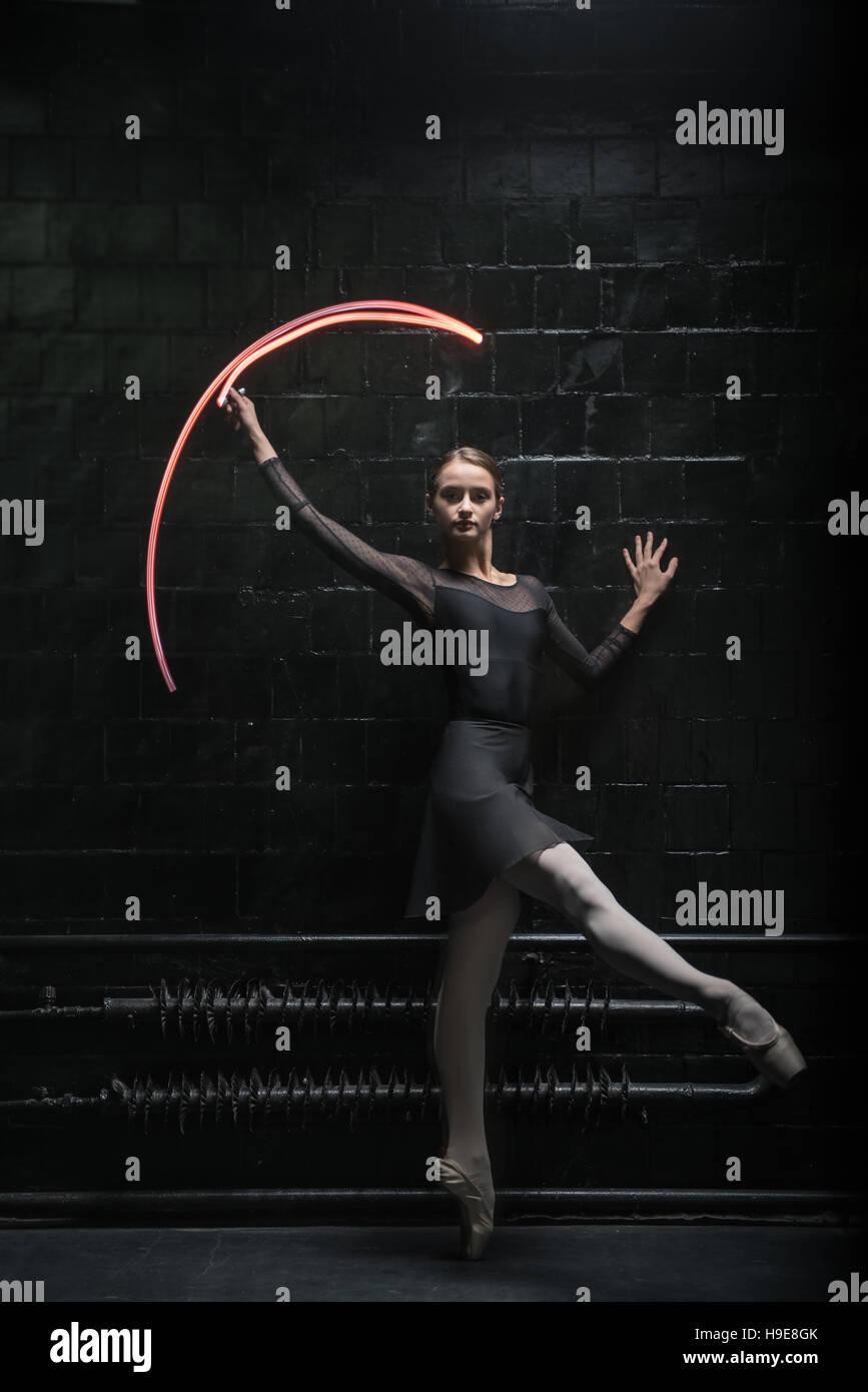 Danseur de Ballet enchanté montrant sa grâce Banque D'Images