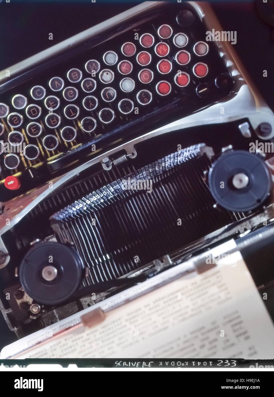 Ancien numérisé analogique glisser d'une machine à écrire avec détail feuille de papier Photo Stock