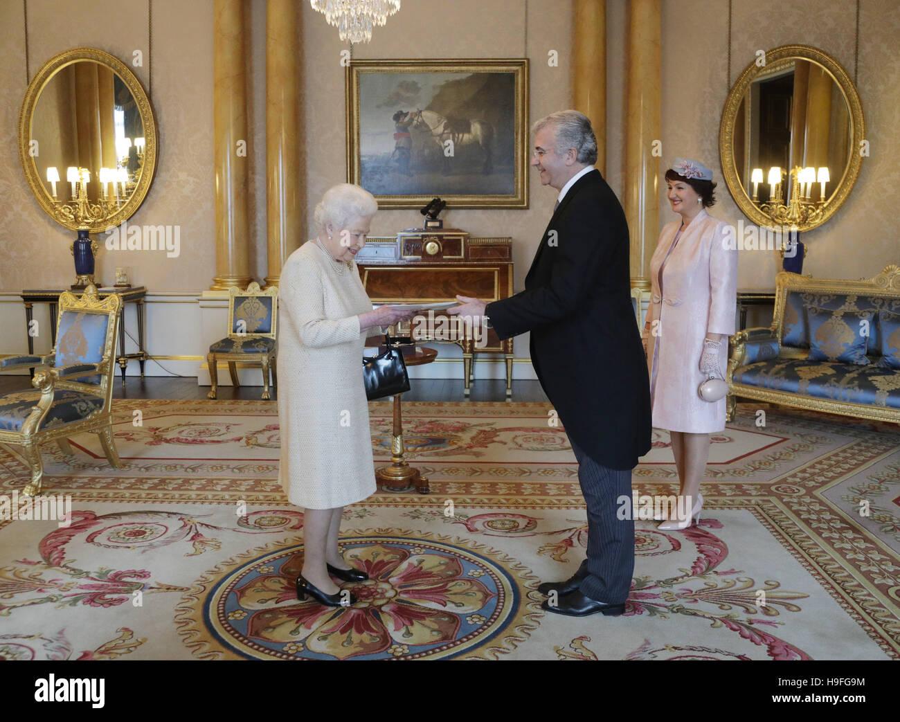 La reine Elizabeth II avec Qirjako Qirko, Ambassadeur de la République d'Albanie dans le Royaume-Uni et Photo Stock