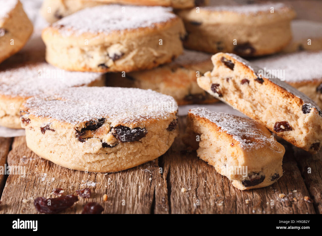 Biscuits britannique: gâteaux gallois avec des raisins secs et du sucre en poudre sur la table horizontale. Banque D'Images