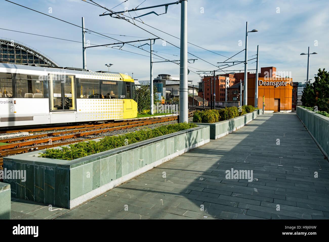 Parterres de tramway et aménagement paysager à l'arrêt de tramway Deansgate-Castlefield, Manchester, Photo Stock