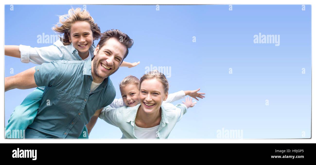 Les parents heureux avec leurs enfants Photo Stock