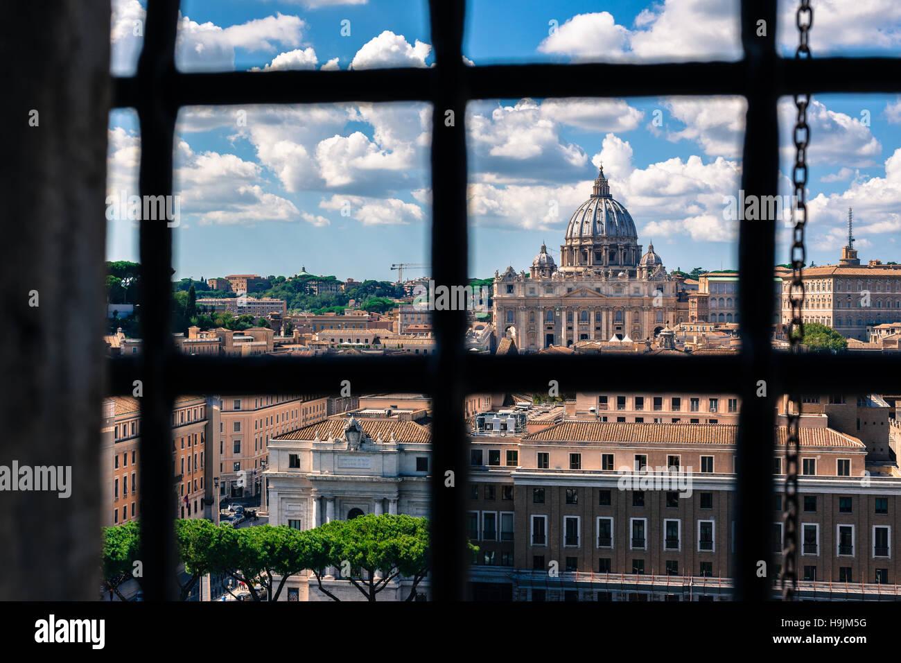 Autre point de vue de la Basilique St Pierre de derrière les barreaux, prises lors d'une journée ensoleillée Photo Stock