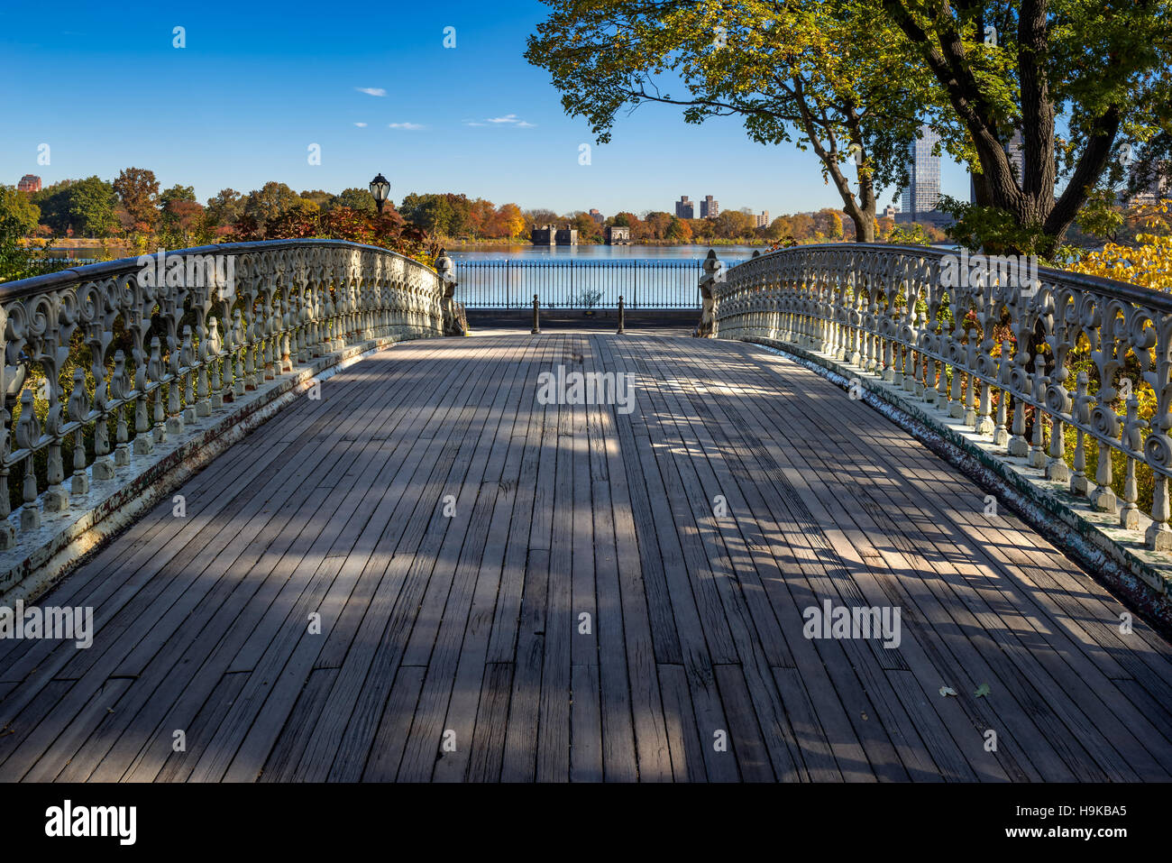 Pont n° 27 dans Central Park avec vue sur le Jacqueline Kennedy Onassis Reservoir en automne. Upper West Side, Photo Stock