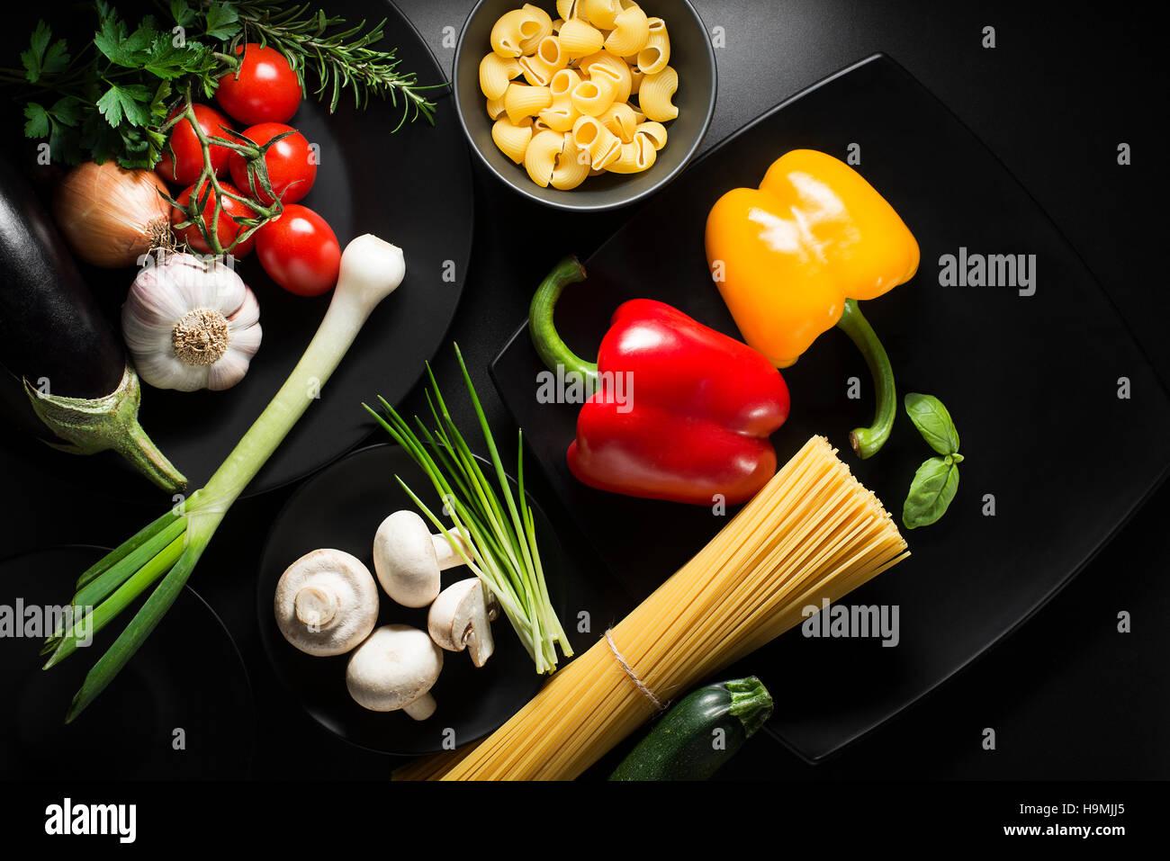 Pâtes aux légumes ingrédients sur le tableau noir Photo Stock