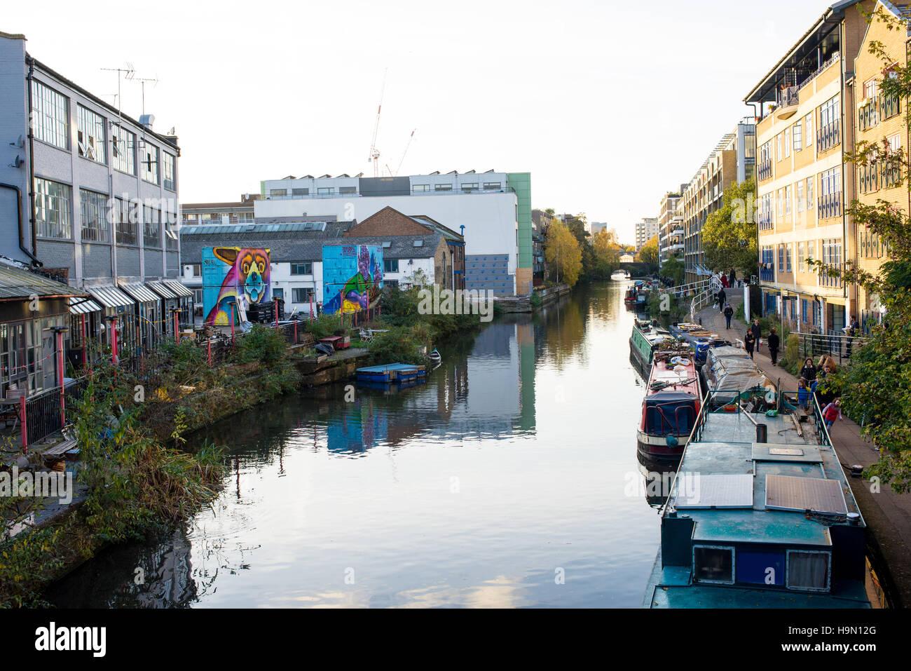 Un tronçon de la Regent's Canal dans Orchard, Hackney bordée de cafés et de spectacles aussi Photo Stock