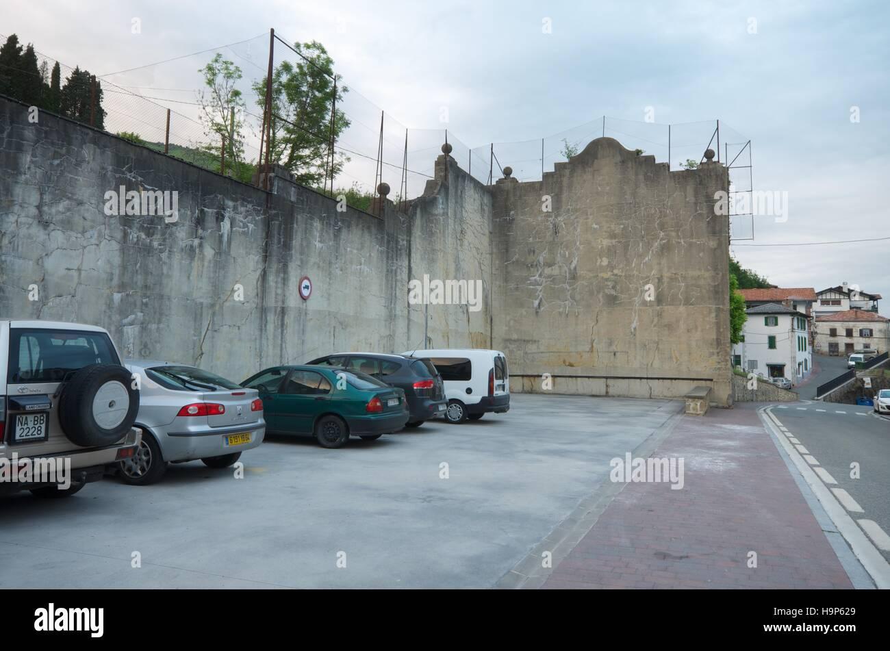 Fronton utilisé comme parking à la Valcarlos, Navarre, Espagne) Banque D'Images