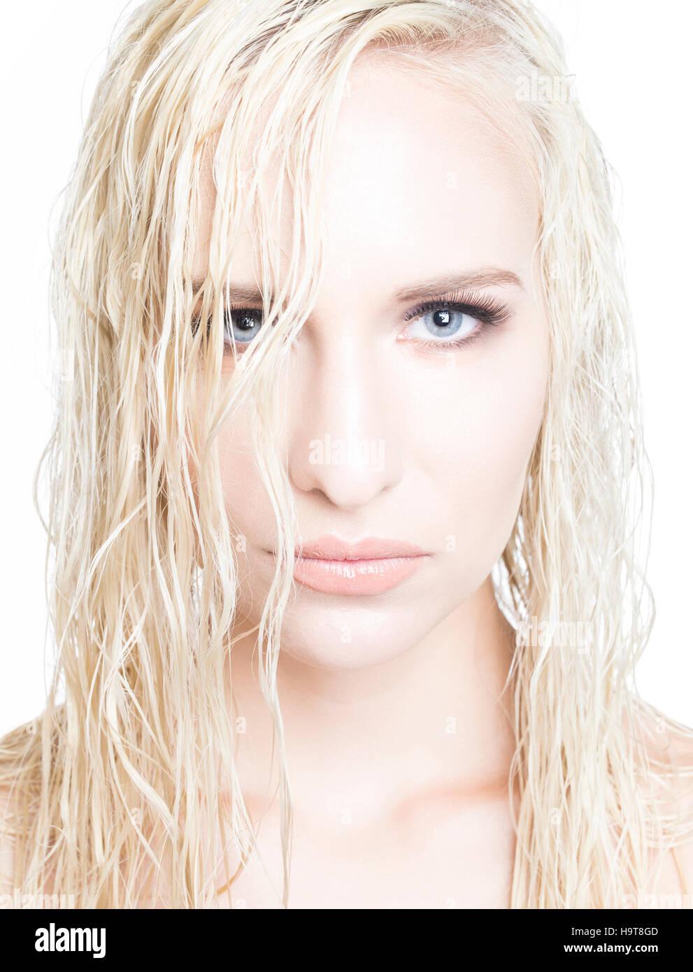 femme aux cheveux blonds platine banque d'images, photo stock