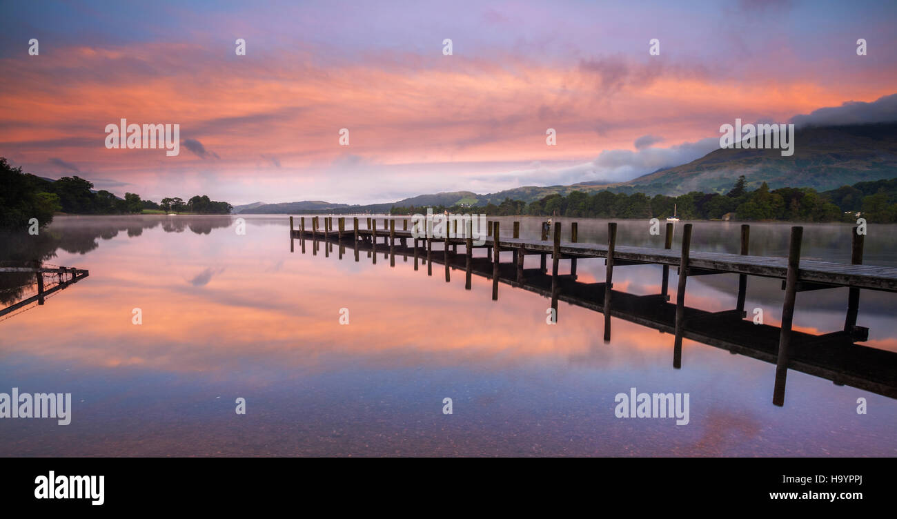 Le lever du soleil sur la jetée nord, Coniston Water, Lake District. Photo Stock