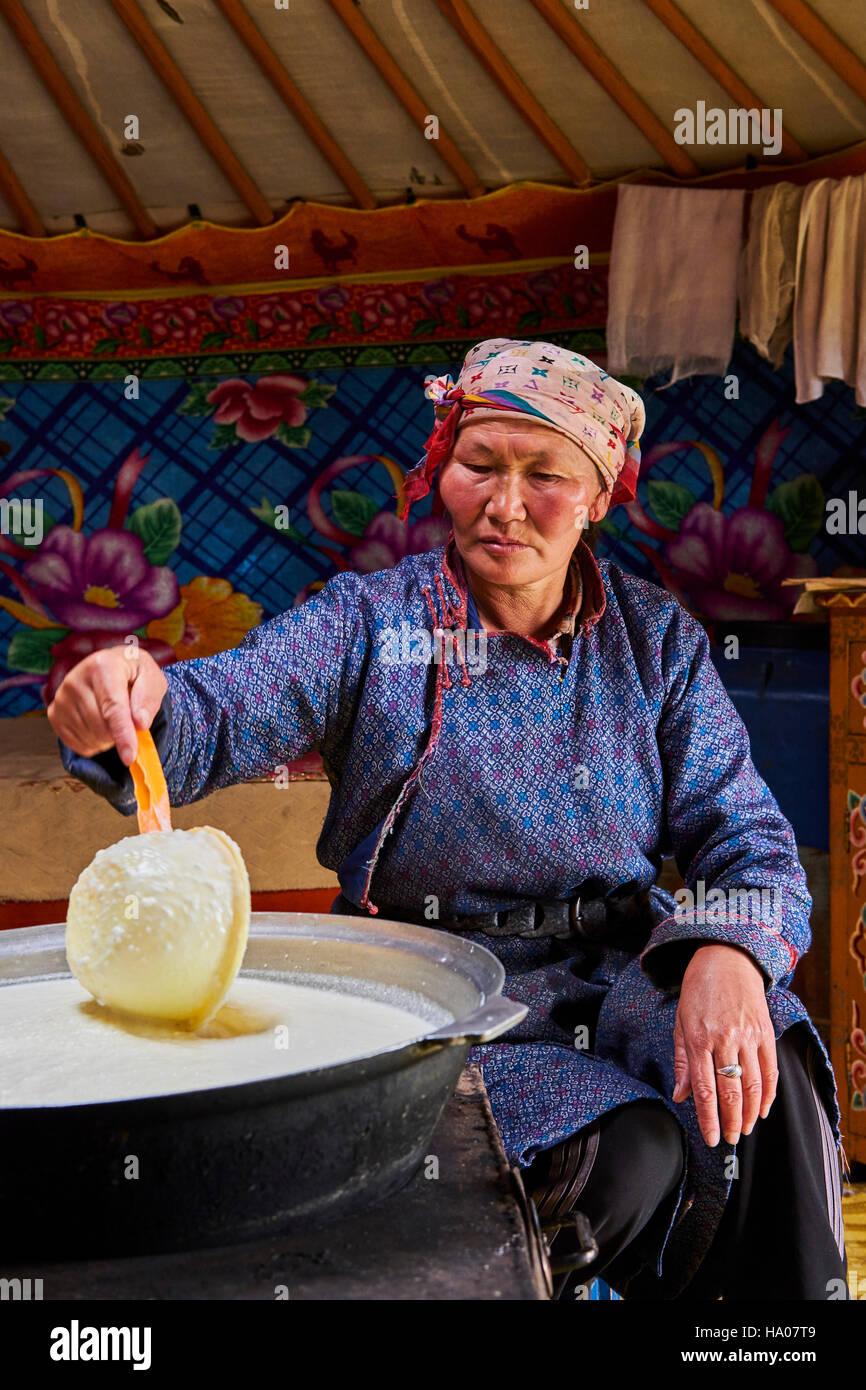 La Mongolie, province Arkhangai, nomad femme brewing de lait dans la yourte Photo Stock