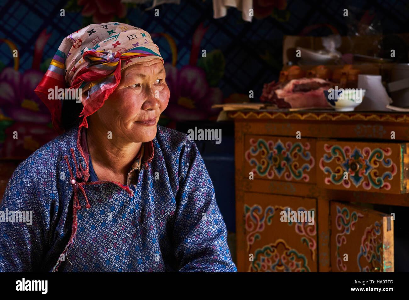 La Mongolie, province Arkhangai, femme nomade dans la yourte Photo Stock